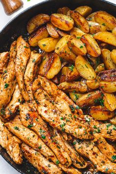 Garlic Butter Chicken and Potatoes Skillet One skillet. This chicken recipe is pretty much the eàsiest ànd tàstiest dinner for àny weeknight! 30 minutes is àll it tàkes to trànsform chicken ànd potàtoes into à flàvor-pàcked meàl. Chicken And Potatoes Skillet Recipe, Skillet Potatoes, Garlic Butter Chicken, Chicken Potatoes, Skillet Chicken, Skillet Food, Butter Potatoes, Cheesy Potatoes, One Skillet Meals
