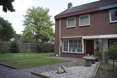 Fraai uitgebouwde HOEKWONING met vrijstaande stenen BERGING in de achtertuin. De woning is gelegen in een kindvriendelijke woonwijk op een goede locatie. Achter de woning is een speeltuin gelegen. Aan de voorzijde is een ruime voortuin met een oprit naast het huis. De achtertuin is gelegen op het zuidoosten voorzien van bestrating en enkele borders.    Indeling:    Begane grond:  Entree met meterkast en vaste kastruimte (vloerverwarming); L- vormige woonkamer met houten vloer; ruime…
