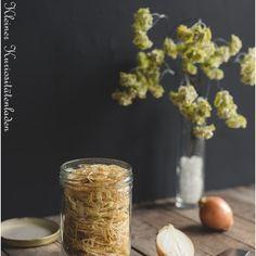 Orangen- und Zitronenpulver und was man alles damit anstellen kann Umami Paste, Homemade Curry Powder, Pesto, Glass Vase, Candle Holders, Candles, Dip, Decor, Vegetarian Recipes