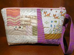 What does the fox say? Quilted zipper pouch by Tilkunviilaaja -- Mitä kettu sanoo -vetoketjupussukka tilkuista