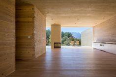 El estudio ha Shigeru Ban Architects desarrollado nuevos conceptos basados en el tema de las obras de Mies Van der Rohe. En este caso, el diseño de la Solid Cedar House (en español significa casa de cedro macizo) se ha desarrollado como una extensión de los estudios en curso.