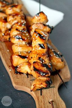 This recipe for Honey Sriracha Grilled Chicken Skewers is 'sweet, mildly sour with a bit of a kick' taste. It' a blend of all the great things in a marinade This Honey Sriracha Grilled Chicken Skewers recipe is 'sweet, mildly sour with a bit of a kick'! Grilled Chicken Skewers, Grilled Chicken Recipes, Chicken Kebab, Chicken Kabob Marinade, Healthy Marinade For Chicken, Grilled Calamari, Grilled Halloumi, Grilled Food, Grilling