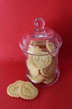 La base di questi biscotti di S.Valentino è la classica pasta frolla. Così morbida, non l'avete mai fatta! La ricetta è di Luca Montersino, una favola!