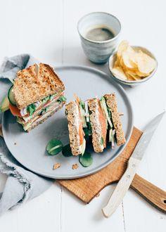 Het maken van een club sandwich met zalm is heel simpel. Het is eigenlijk een dubbel belegde boterham met daarop al je favo ingrediënten.