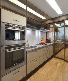Adoro vidro bronze bege na cozinha! Por Ana Colnaghi ____________________ Acompanhem nossos projetos no @depaulaenobrega