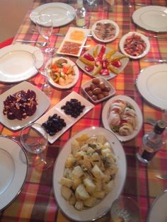Καθαρά Δευτέρα.  Το τραπέζι στρώθηκε για ένα (δύο, τρία τέσσερα..) ουζάκια