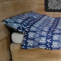 Puuvillalakana, sininen/ valkoinen Laura Ingalls, Interior Decorating, Home And Garden, Throw Pillows, Lily, Blue, Furniture, Spring, Summer