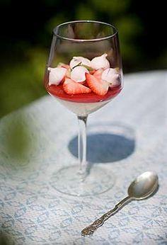 Gräddkräm med jordgubbar och rabarber