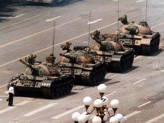 Estudante enfrenta tanques de guerra em frente à praça da Paz Celestial, em 4 de junho de 1989; essa imagem entrou para a história da luta pela democracia e a liberdade na China
