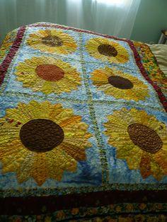 A large Dresden quilt with a sunflower design. Quilting Tips, Quilting Projects, Quilting Designs, Sewing Projects, Dresden Plate Quilts, Dresden Plate Patterns, Sunflower Quilts, Sunflower Pattern, Patch Aplique