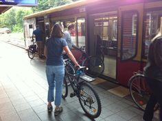 """Berlim. Os vagões previamente identificados asseguram o espaço da bicicleta sem estresse. O sistema integrado de transportes abre espaço para as """"magrelas"""", sem burocracia ou preconceito."""
