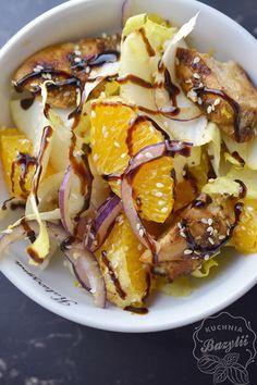Sałatka z cykorią, kurczakiem i pomarańczą jest moją kolejną propozycją sałatkowego, pożywnego obiadu do pracy. Owoc pomarańczy łagodzi nieco gorzkawy smak cykorii o doskonale się z nią komponuje.