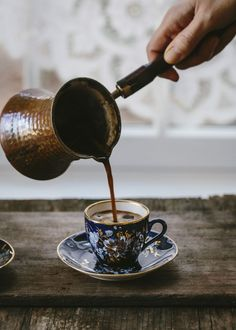How to Prepare, Order, and Drink Arabic Coffee - Coffee Art - Coffee Recipes Turkish Coffee Cups, Arabic Coffee, Coffee Pods, Coffee Beans, Coffee Coffee, Coffee Tables, Morning Coffee, Coffee Club, Funny Coffee