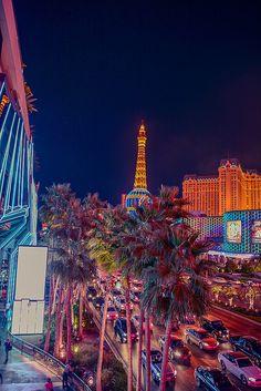 Las Vegas es una cuidad donde puedes ver la diferencia entre los ricos que se van al casino para gastar mucho dinero y los pobres que perdieron tanto que no pueden moverse de la cuidad y viven en las calles. Para mi es muy feo