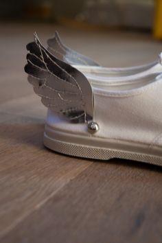 Ajouter des ailes argentées à vos chaussures