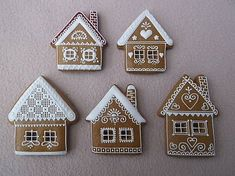 40 Adorable DIY Christmas Craft Ideas Simple and stunning christmas DIY decorations that you can make ceppo christmas Gingerbread Christmas Decor, Cool Gingerbread Houses, Gingerbread House Designs, Gingerbread Decorations, Christmas Sweets, Noel Christmas, Christmas Baking, Gingerbread Cookies, White Gingerbread House