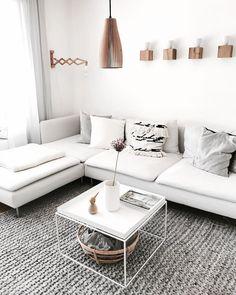 Hier sind lange Sofaabende vorprogrammiert! Das große weiße Ecksofa PHILIPP bietet alles, was man sich nur wünschen kann: Gemütlichkeit dank der abgerundeten Ecken und der kuschelweichen Polsterung sowie ein schlichtes und modernes Design. Passt perfekt in ein Skandi Wohnzimmer, wie hier dekoriert mit Holz und Ethnoelementen! // Sofa Couch Ecksofa Wohnzimmer Möbel Home Decor Einrichtung @wollehochdrei