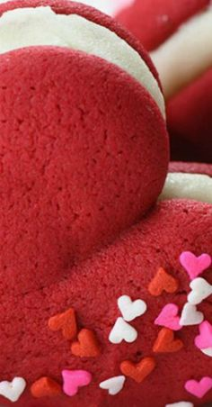 Heart shaped Red Velvet Whoopie Pies is the perfect dessert for Valentine's Day and easy homemade Valentine's gift. These cute, heart shaped whoopie pies. Single Serve Desserts, Desserts For A Crowd, Winter Desserts, Great Desserts, Delicious Desserts, Romantic Desserts, Hot Fudge Cake, Hot Chocolate Fudge, Chocolate Ganache