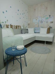 Tienerslaapkamer ✭ Ontwerp Marijke Schipper, bed gemaakt door Thomas, behang en de wand bekleed met Laminaat Praxis, accessoires Loods 5