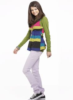 Selena Gomez as Alex Russo in Wizards Of Waverly Place. (Wizards Of Waverly Place photo shoot. Selena Gomez Lips, Selena Gomez With Fans, Selena Gomez Outfits, Selena Gomez Photos, Ramona And Beezus, Jennifer Stone, Alex Russo, Wizards Of Waverly Place, Little Liars