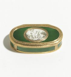 f - A GOLD AND ENAMEL SNUFF BOX