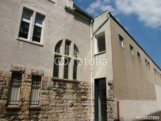 Ockerfarbene Fassade eines alten Kontorhauses mit angrenzender Fabrik in Bielefeld-Schildesche