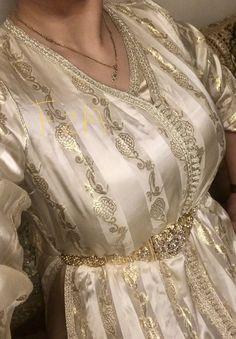 caftan algerien_حرير الدبله Islamic Fashion, Arab Fashion, Womens Fashion, Morrocan Fashion, Caftan Gallery, Kaftan Moroccan, Afghan Dresses, Hijab Dress, Princess Style
