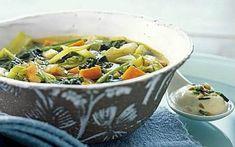 Μια συνταγή για detox σούπα λαχανικών, για να αποβάλλουμε τις τοξίνες, να μειώσουμε το πρήξιμο στην κοιλιά και να αδυνατίσουμε με τον πιο γευστικό τρόπο! Soup Cleanse, Thai Red Curry, Salads, Recipies, Food And Drink, Cooking, Ethnic Recipes, Recipes, Kitchen