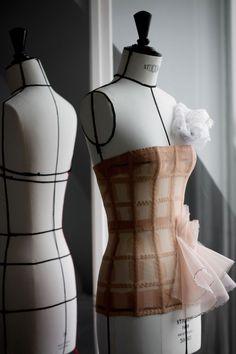 Savoir-faire : les secrets de la robe Dior haute couture de Lady Gaga – Expolore the best and the special ideas about Haute couture Dior Haute Couture, Style Couture, Haute Couture Dresses, Couture Details, Fashion Details, Fashion Design, Couture Outfits, Dior Atelier, Christian Dior