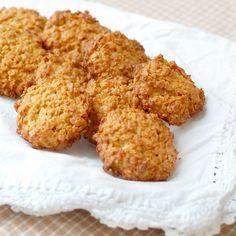 Rask og enkel sukkerfri kos! Havremakroner er enkle å lage, og smaker herlig. Protein, Cookies, Baking, Kos, Healthy, Desserts, Crack Crackers, Tailgate Desserts, Patisserie