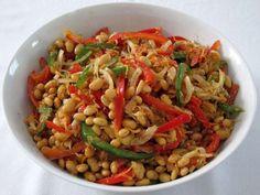Chutný strukovinový šalát je vhodný ku grilovaným a pečeným mäsám.