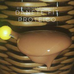 Danete é uma delícia, não é? Imagina fit? Fica uma delícia! ❤ INGREDIENTES: - 300 g de ricota - 40 g (3 col cheias) de cacau em pó ou achocolatado diet - Adoçante à gosto. Sugiro Tal & Qual - 250 a 300 ml de leite desnatado - 1 col de café de goma de xantana (opcional) - Você pode adicionar whey protein (opcional), mas tem que ser um gostoso! Sugiro Gelatum Gourmet ou Mousse proteico da @procorpsoficial e você adquire na @bodyspacesuplementos. PREPARO: Bata todos os ingredientes no…