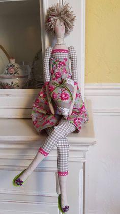 Aaah ! Les jolies poupées !Il doit y avoir un peu de régression dans tout ça....       Le   plaisir de jouer à la poupée avec en plus ...