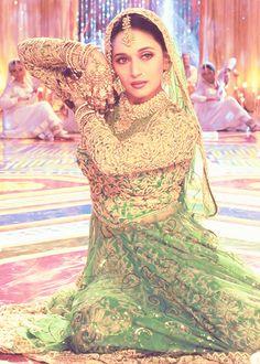 "Golden, bell-like hand jewelry on Madhuri Dixit in the movie Devdas' ""Maar Dala"" MV Bollywood Stars, Bollywood Cinema, Indian Bollywood, Bollywood Fashion, Bollywood Actress, Vintage Bollywood, Madhuri Dixit, Saris, Vintage Dresses"