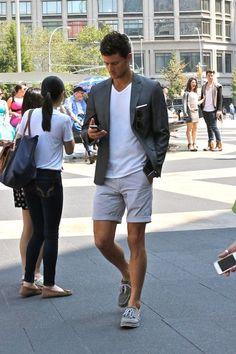 Que tal uma Bermuda Masculina em um Visual mais alinhado? Com Sapato? Pode? No look acima, foto com Camiseta e Blazer