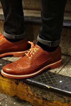 Love the way these wingtips are worn casually, with matching laces + accents!
