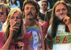 Embedded image permalink Linda McCartney, Paul McCartney and Pink Floyd's David Gilmour at a Led Zeppelin concert, in the David Gilmour Pink Floyd, Paul Mccartney, John Lennon, Lynyrd Skynyrd, Ringo Starr, George Harrison, Imagenes Pink Floyd, Woodstock, Rolling Stones