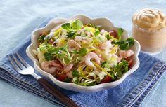 Pastasalat med reker.    På varme dager eller på en hektisk ukedag, kan det være greit med litt kjapp og god middag. Med litt pasta, noen reker, litt salat, tomat og løk kan du enkelt lage en rask middagssalat. Og hvis du vil, lager du en god dressing hjemme av pesto (gjerne tomatpesto) og lettrømme.