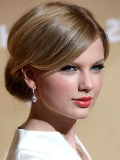 Taylor-Swifts-French-Twist-Updos.jpg