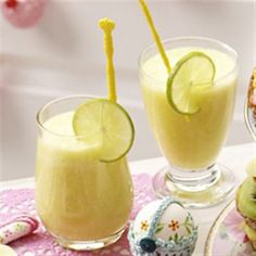Pineapple - Coconut smoothie: 250 ml fresh orange juice, 50 ml coconut milk, 250 g freshly cut pineapple, 1 lime Healthy Juice Drinks, Healthy Juices, Yummy Drinks, Yummy Food, I Want Food, Love Food, Fruit Smoothies, Smoothie Recipes, Smoothie Detox