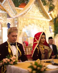 Koto gadang style for akad ❤  Venue: @puribegawan MUA : @makeupbylaode  Photography: @davidhartadi / @owlsomeproject  Videography: @threebulbs  Decoration & attire : @desiskandarwedding  WO: @kemuningwo #bridedept #thebridebestfriend #indonesianwedding #minangpride #kotogadang #minangbride #minangwedding #medinabino