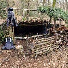 It's no secret that shelters is my preferred bushcraft project, and while some people build themself a shelter - there is people who build a home! I had to repost this awesome shelter, made by @the.mad.trapper. #shelter #bushcraft #leanto #reflector #primitive