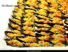 Cozze gratinate | SICILIANI CREATIVI IN CUCINA | Fish Recipes, Seafood Recipes, I Love Food, Good Food, Tuscan Bean Soup, Tapas, Sicilian Recipes, Sicilian Food, Mediterranean Dishes