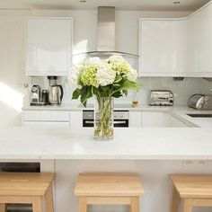 Small White Kitchen Quartz Worktop. Kitchen design & ideas for units, tiles…