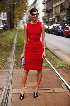 Here Giovanna Battaglia keeps accessories and colour to a minimum as the dress colour and fit is striking enough.