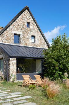 Il cottage sull'oceano a Saint-Malo - Foto - Foto 1 LivingCorriere Farmhouse Garden, House Extensions, Stone Houses, Facade House, Little Houses, Architecture, Exterior Design, Planer, My House