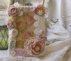 Foto rámeček Shabby chic Dřevěný stojací rámeček bohatě zdobený krajkami v jemných pastelových barvách, perličkami a štrasovými brožkami, ve stylu Shabby Chic. Obrázek růží lze vyměnit za fotogafii. Roměr : 13 x 18 cm.