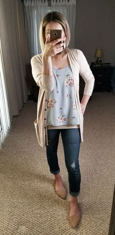 Spring 2018 fashion. What to wear for errands, to the soccer game, coffee dates or grocery store. Ripped jeans, flowered top, long cardigan, blonde bob hair cut, straight short hair, neutral flats #ad #ootd #casualstyle #jeans #soringfashion