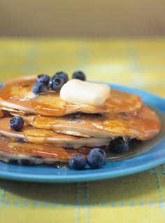Recette de Ricardo de crêpes américaines aux bleuets (Pancakes aux bleuets). (Myrtilles) Ces crêpes au bleuets simples et rapides à préparer font un excellent déjeuner ou brunch.