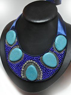 Collar babero realizado con rocalla azul, piedras turquesas y detalles plateados. Cierre de lazada http://www.chanchelcomplementos.com/en/shopping/categoria-collares/collar-turquesas-detail.html